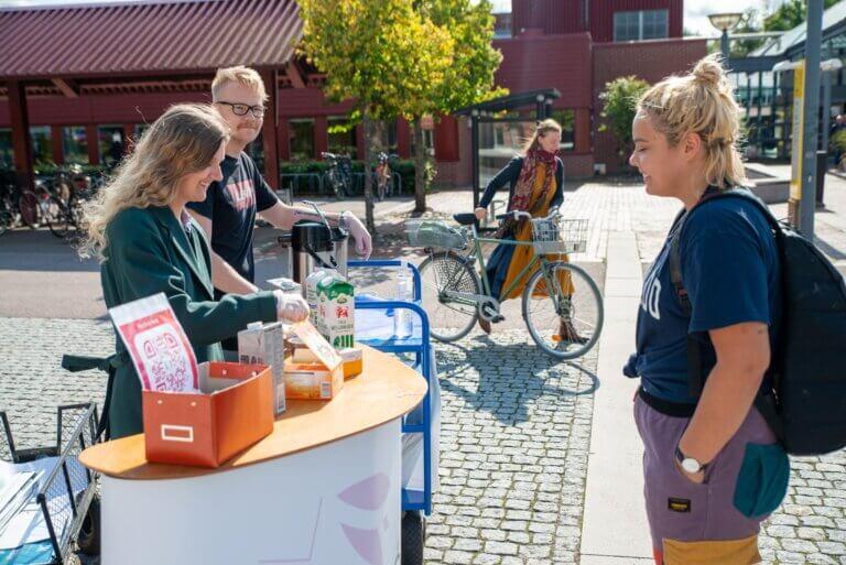 Rebecca och Linus hjälper student